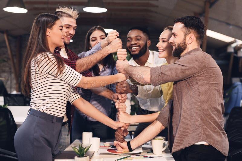 Συνεργασία και teambuilding έννοια Συνάδελφοι που χτίζουν τον πύργο από τις  στοκ φωτογραφία με δικαίωμα ελεύθερης χρήσης