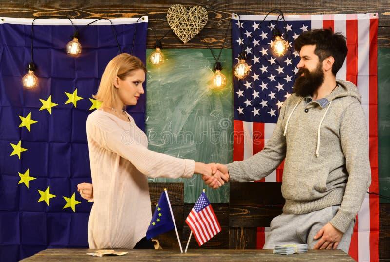 Συνεργασία μεταξύ της ευρωπαϊκής ένωσης των ΗΠΑ και συνεργασία των πολιτικών ανδρών και γυναικών στοκ εικόνες