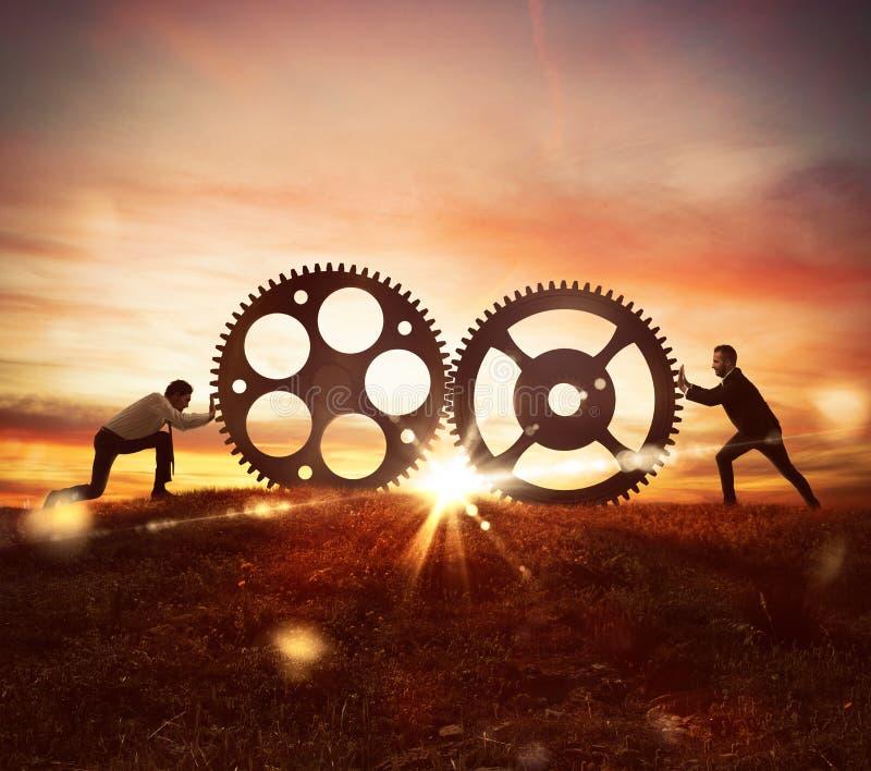 Συνεργασία στην έννοια εργασίας με το μηχανισμό εργαλείων στοκ φωτογραφία