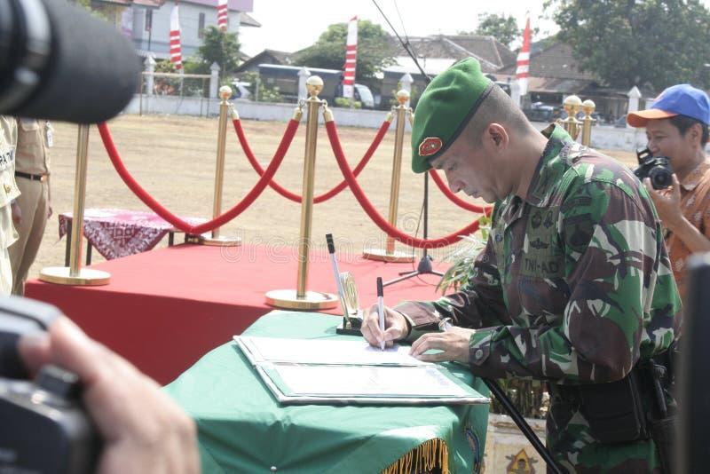 Download Συνεργασία Symbolization μεταξύ των τοπικών ανώτερων υπαλλήλων και του στρατού Εκδοτική Φωτογραφία - εικόνα από συνεργασία, ιάβα: 62712692