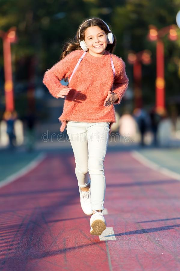 Συνεχίστε Παιδί κοριτσιών στο τρέξιμο της διαδρομής Λίγο παιδί απολαμβάνει την αθλητική δραστηριότητα Λίγος οπαδός αθλήματος Αθλη στοκ εικόνα