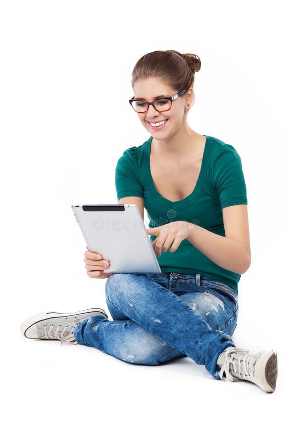 Συνεδρίαση έφηβη με την ψηφιακή ταμπλέτα στοκ εικόνα με δικαίωμα ελεύθερης χρήσης