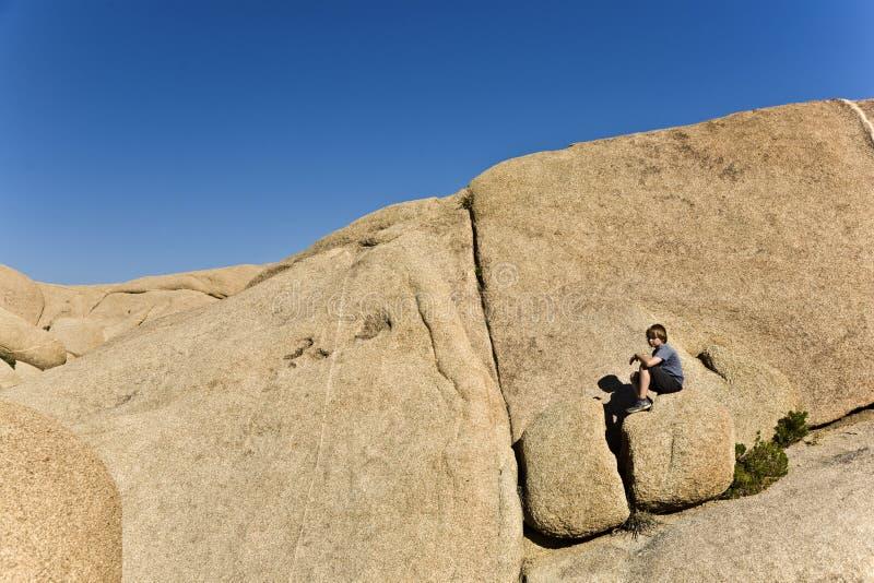 Συνεδρίαση αγοριών σε έναν βράχο στο δέντρο Nationalpark του Joshua στοκ φωτογραφίες