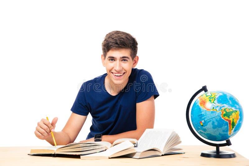 Συνεδρίαση ανδρών σπουδαστών στον πίνακα με τα βιβλία στοκ φωτογραφίες