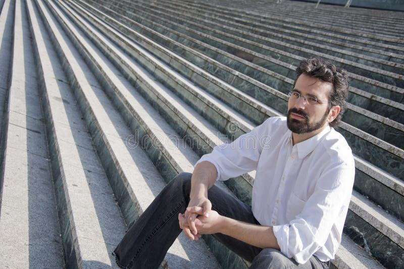 Συνεδρίαση ατόμων στα σκαλοπάτια στοκ εικόνα
