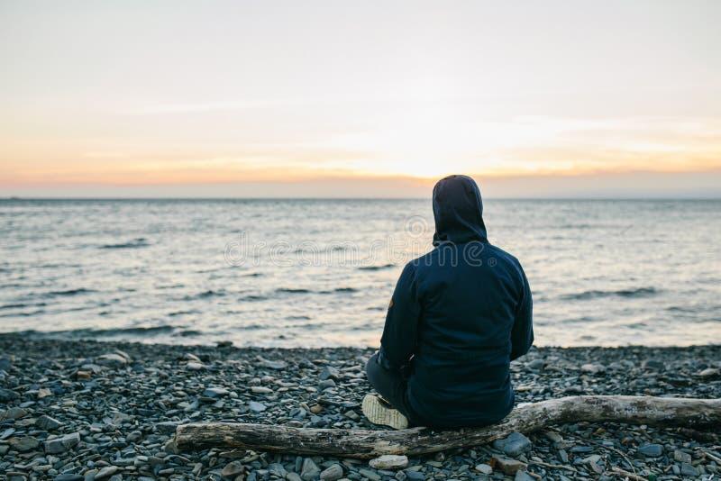 Συνεδρίαση ατόμων στην παραλία στοκ φωτογραφία με δικαίωμα ελεύθερης χρήσης