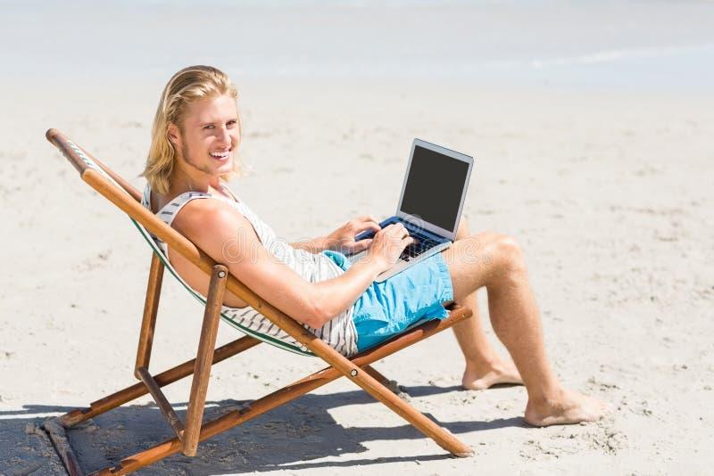 Συνεδρίαση ατόμων στην πολυθρόνα στην παραλία στοκ εικόνες με δικαίωμα ελεύθερης χρήσης