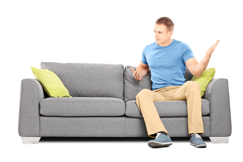 συνεδρίαση ατόμων στον καναπέ και βίαια ταλάντευση του χεριούη του στοκ φωτογραφία με δικαίωμα ελεύθερης χρήσης