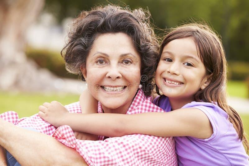 Συνεδρίαση γιαγιάδων και εγγονών στο πάρκο από κοινού στοκ εικόνα με δικαίωμα ελεύθερης χρήσης
