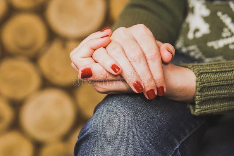 Συνεδρίαση γυναικών με τα χέρια της που διασχίζονται στο γόνατο στοκ εικόνα με δικαίωμα ελεύθερης χρήσης