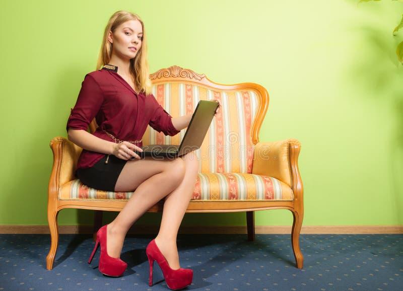 Download Συνεδρίαση γυναικών μόδας στον καναπέ που χρησιμοποιεί το Lap-top PC Στοκ Εικόνες - εικόνα από σύγχρονος, σερφ: 62706036
