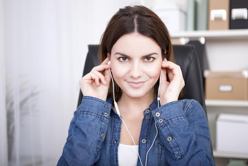Συνεδρίαση γυναικών που ακούει τη μουσική ή μια καταγραφή στοκ φωτογραφίες με δικαίωμα ελεύθερης χρήσης