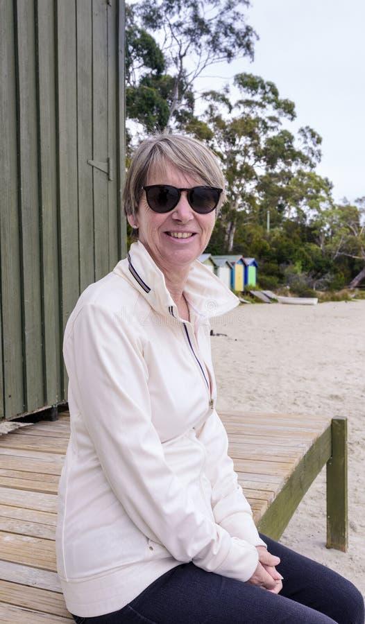 Συνεδρίαση γυναικών στην παραλία στοκ εικόνες