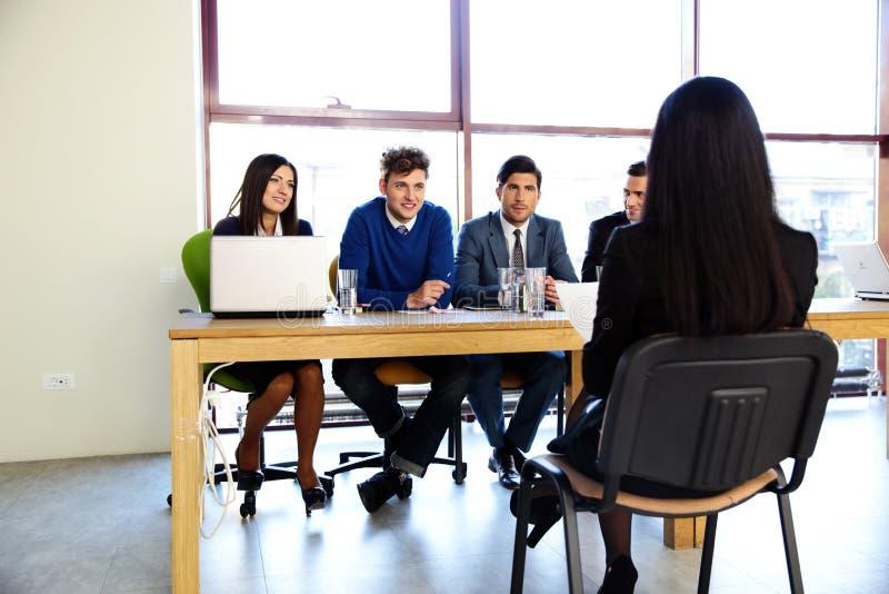 Συνεδρίαση γυναικών στη συνέντευξη εργασίας στοκ φωτογραφία με δικαίωμα ελεύθερης χρήσης
