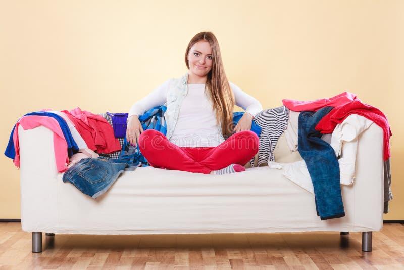 Download Συνεδρίαση γυναικών στον καναπέ στο ακατάστατο δωμάτιο στο σπίτι Στοκ Εικόνες - εικόνα από ενδύματα, μόδα: 62706420