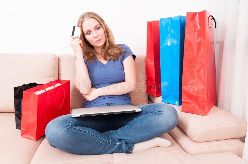 Συνεδρίαση γυναικών στο συναίσθημα καναπέδων σκεπτικό κάτι στοκ φωτογραφία με δικαίωμα ελεύθερης χρήσης