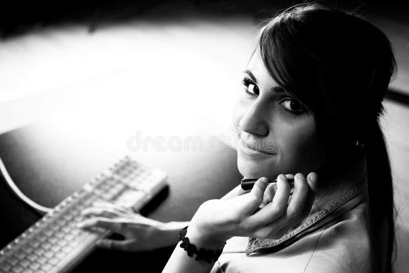 Συνεδρίαση γυναικών στο helpdesk στοκ εικόνα με δικαίωμα ελεύθερης χρήσης