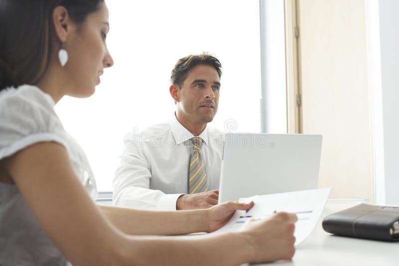 Συνεδρίαση επιχειρηματιών με τη γυναίκα συνάδελφος στοκ εικόνες