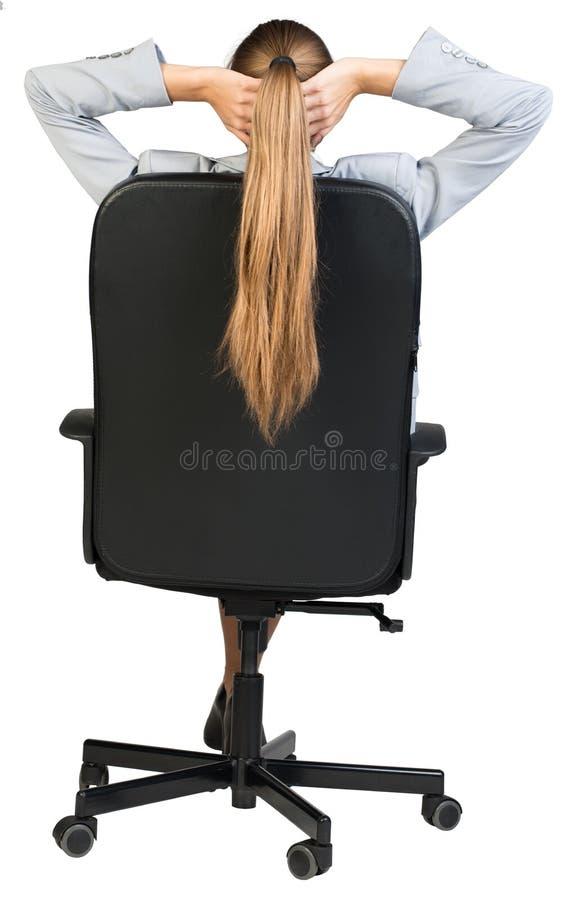 Συνεδρίαση επιχειρηματιών πίσω στην καρέκλα γραφείων με στοκ εικόνες