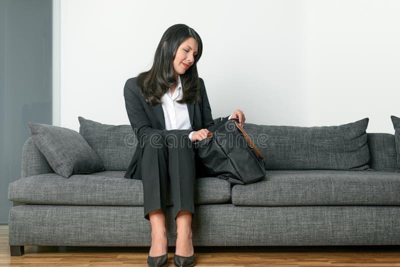 Συνεδρίαση επιχειρηματιών σε έναν γκρίζο καναπέ στοκ εικόνες με δικαίωμα ελεύθερης χρήσης