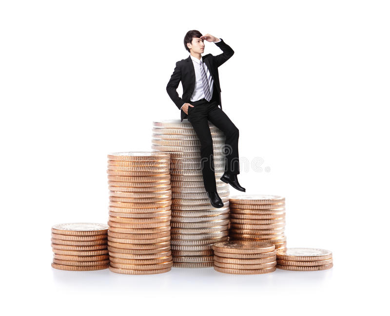 Συνεδρίαση επιχειρησιακών ατόμων στους σωρούς του νομίσματος χρημάτων στοκ φωτογραφία με δικαίωμα ελεύθερης χρήσης