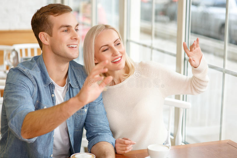 Συνεδρίαση ζευγών αγάπης στον καφέ στοκ εικόνες