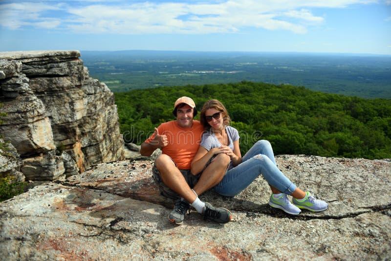 Συνεδρίαση ζεύγους στο βράχο στο κρατικό πάρκο Minnewaska στοκ φωτογραφία με δικαίωμα ελεύθερης χρήσης