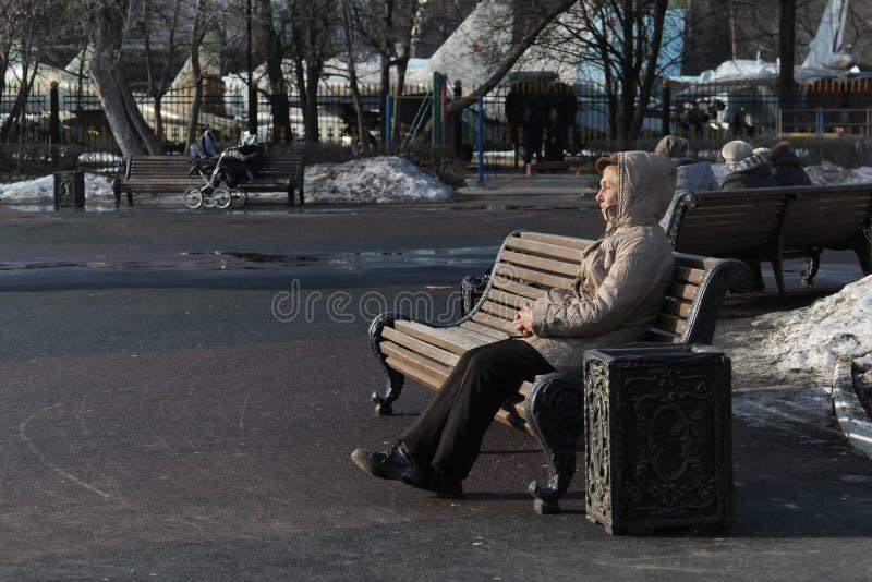 Συνεδρίαση ηλικιωμένων γυναικών στον ξύλινο πάγκο στο πάρκο της Catherine μια ηλιόλουστη ημέρα στοκ φωτογραφίες