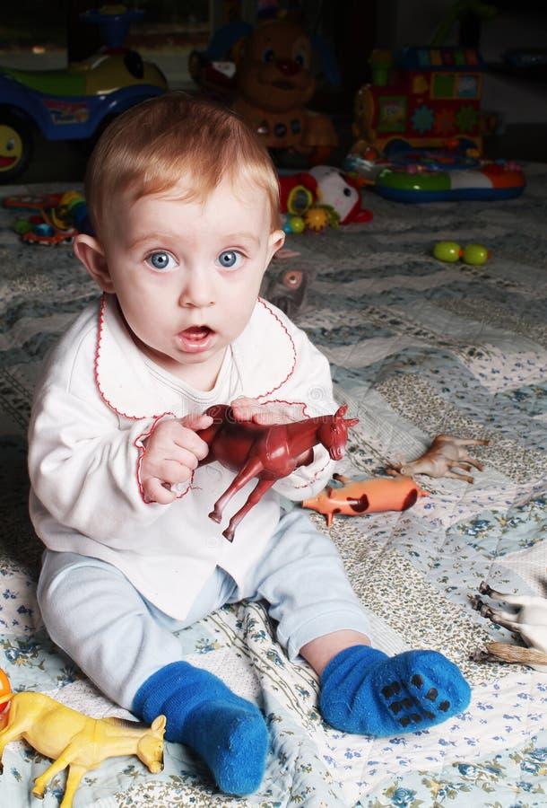 Συνεδρίαση κοριτσάκι στο πάτωμα στο δωμάτιό της στοκ φωτογραφία με δικαίωμα ελεύθερης χρήσης