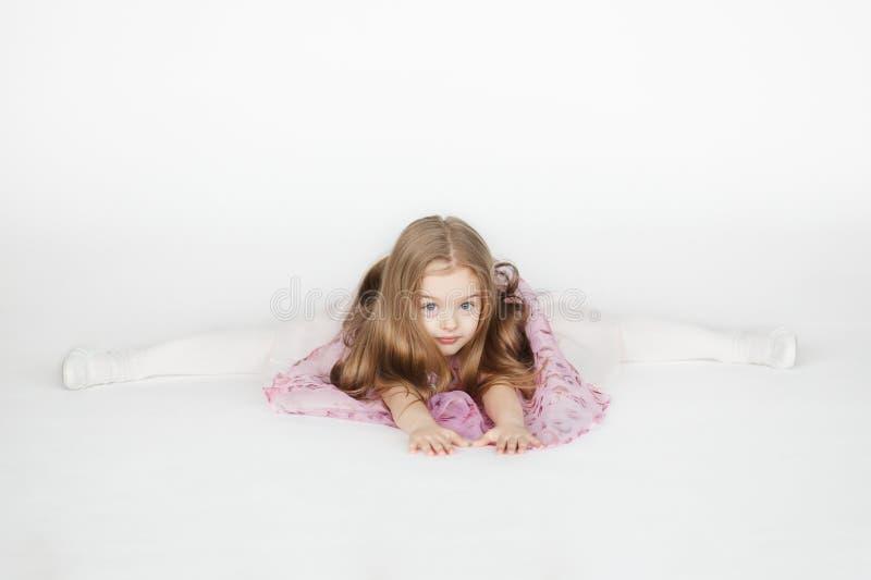 Συνεδρίαση μικρών κοριτσιών στις διασπάσεις στοκ φωτογραφία με δικαίωμα ελεύθερης χρήσης