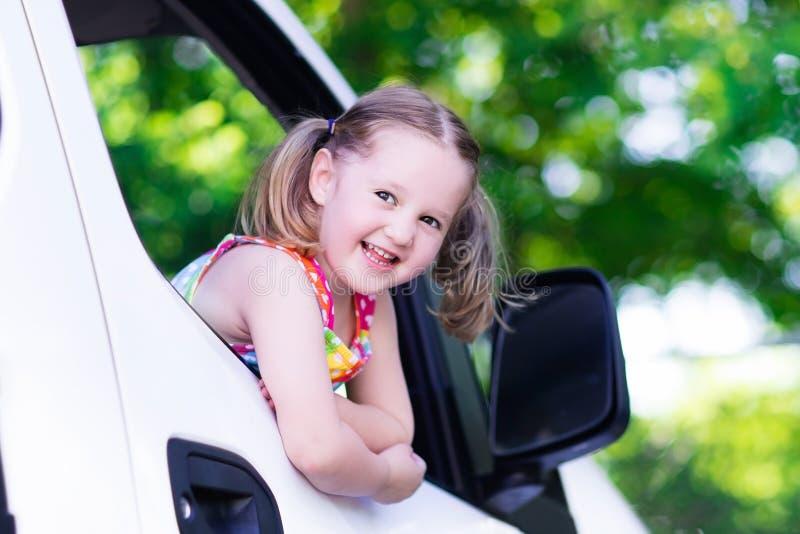Συνεδρίαση μικρών κοριτσιών στο άσπρο αυτοκίνητο στοκ φωτογραφίες με δικαίωμα ελεύθερης χρήσης