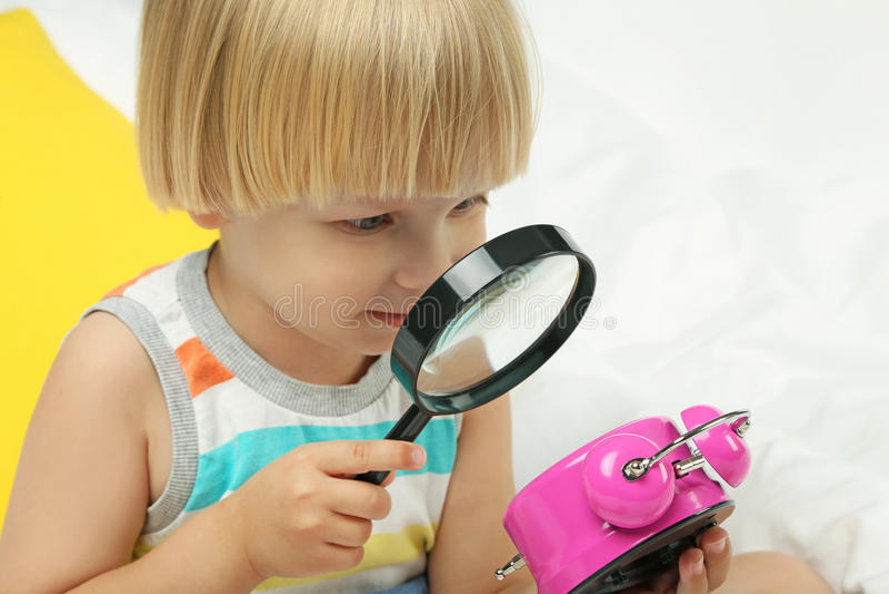 Συνεδρίαση μικρών παιδιών με το ξυπνητήρι στοκ φωτογραφίες με δικαίωμα ελεύθερης χρήσης