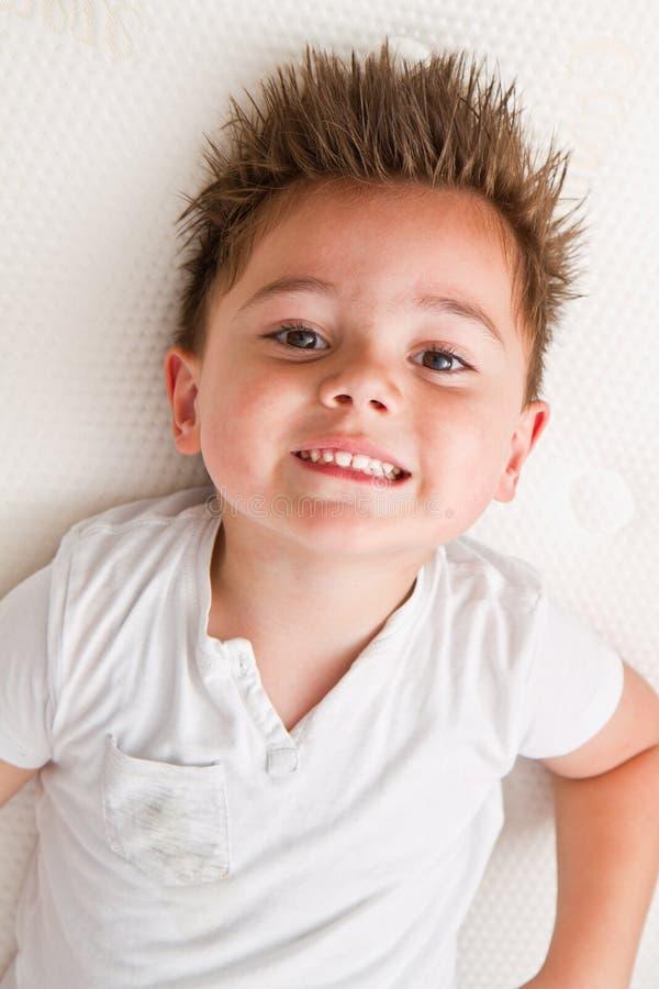 Συνεδρίαση μικρών παιδιών σε πολλά στρώματα στοκ φωτογραφία με δικαίωμα ελεύθερης χρήσης