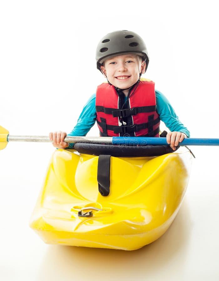 Συνεδρίαση νεολαίας whitewater kayaker στη βάρκα του στοκ φωτογραφία