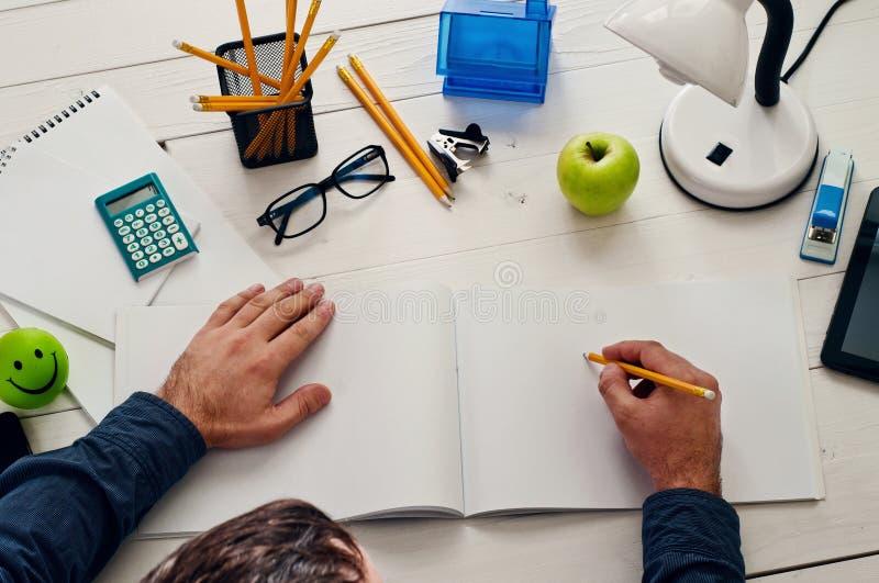 Download Συνεδρίαση σχεδιαστών σε ένα άσπρο ξύλινο γραφείο και εργασία Στοκ Εικόνα - εικόνα από υπολογιστής, σύγχρονος: 62714237