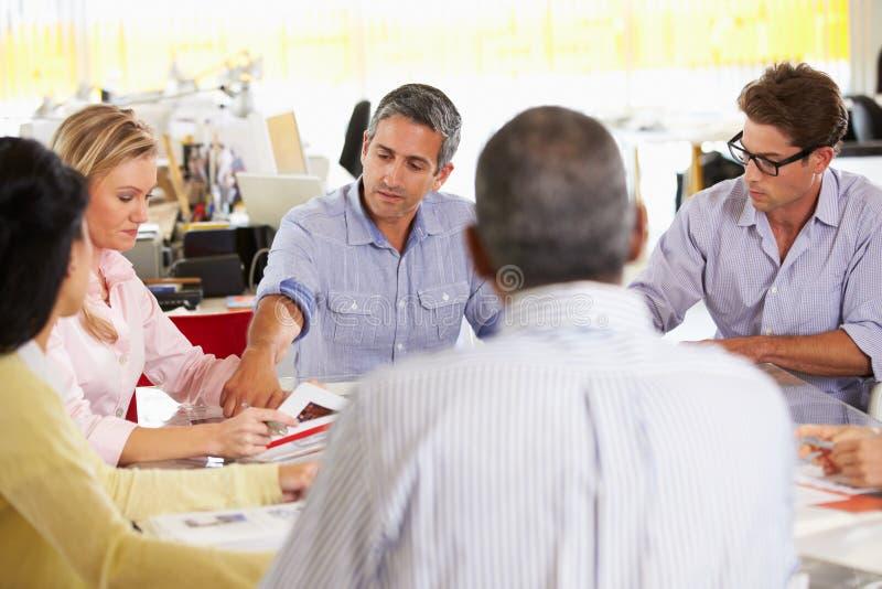 Συνεδρίαση της ομάδας στο δημιουργικό γραφείο στοκ εικόνα