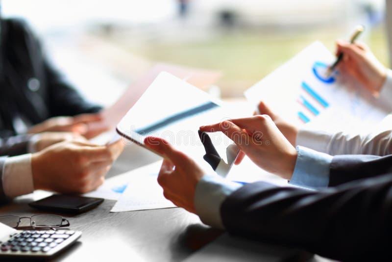 Συνεδρίαση των επιχειρηματιών που συζητά στοκ εικόνες