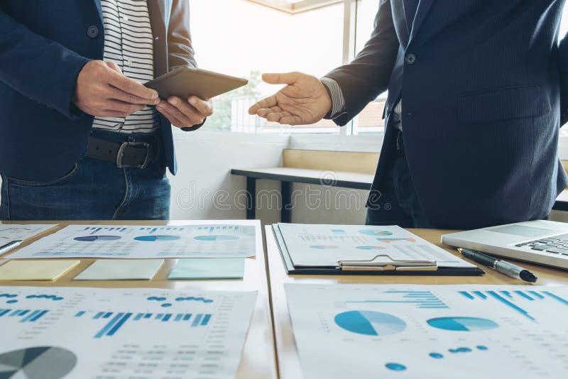 Συνεδρίαση των επιχειρησιακών ομάδων παρούσα νέα ιδέα παρουσίασης γραμματέων και παραγωγή της έκθεσης στον επαγγελματικό επενδυτή στοκ εικόνα με δικαίωμα ελεύθερης χρήσης