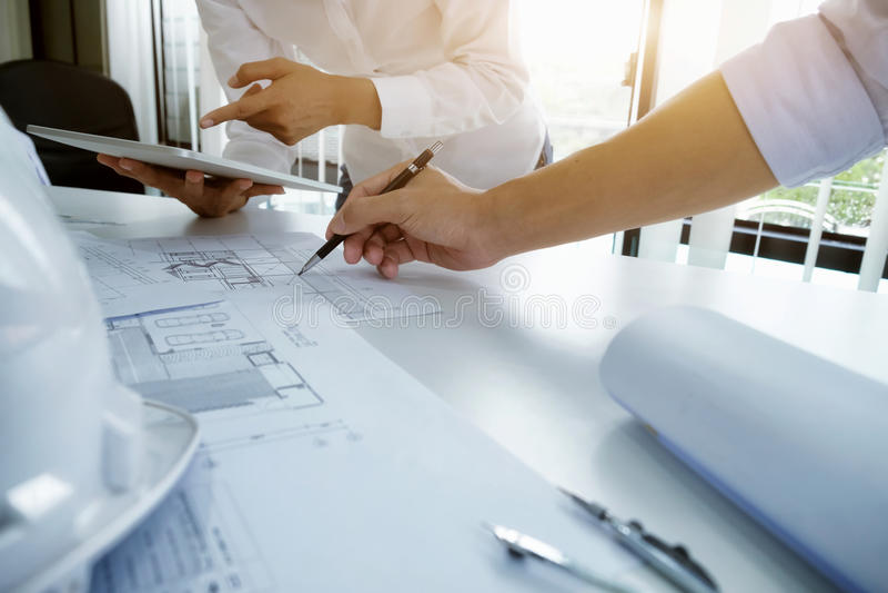 Συνεδρίαση των μηχανικών για το αρχιτεκτονικό πρόγραμμα Συνεργασία με το συνεργάτη στοκ φωτογραφία