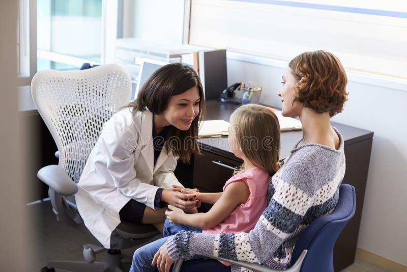 Συνεδρίαση των παιδιάτρων με τη μητέρα και το παιδί στο νοσοκομείο στοκ εικόνα με δικαίωμα ελεύθερης χρήσης