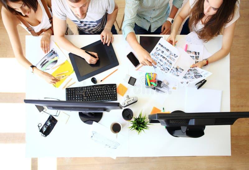 Συνεδρίαση των συναδέλφων και των επόμενων βημάτων προγραμματισμού στοκ φωτογραφίες