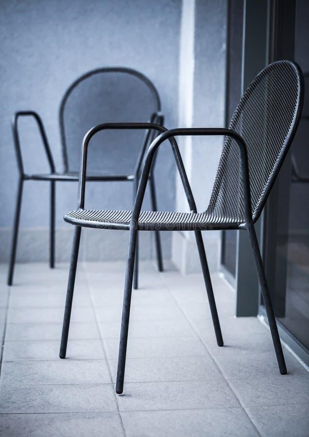 Συνηθισμένες μαύρες καρέκλες μετάλλων στοκ εικόνες