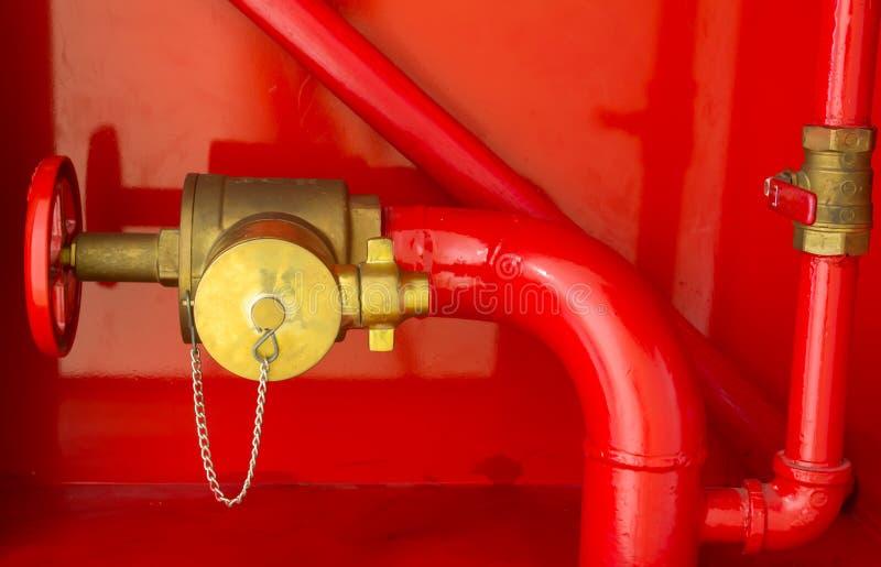 συνημμένος να είστε μάνικα πυρκαγιάς έκτακτης ανάγκης περίπτωσης που προετοιμάζεται στον τοίχο ήταν στοκ εικόνες