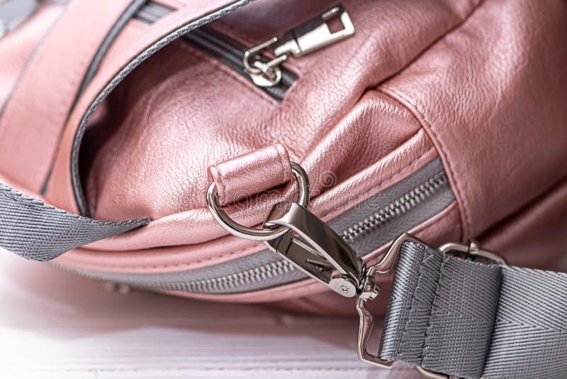 Συνθετικό δερμάτινο ροζ σακίδιο σε ξύλινο φόντο Οικολογική δερμάτινη τσάντα στοκ φωτογραφία