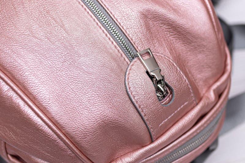 Συνθετικό δερμάτινο ροζ σακίδιο σε ξύλινο φόντο Οικολογική δερμάτινη τσάντα στοκ εικόνα με δικαίωμα ελεύθερης χρήσης