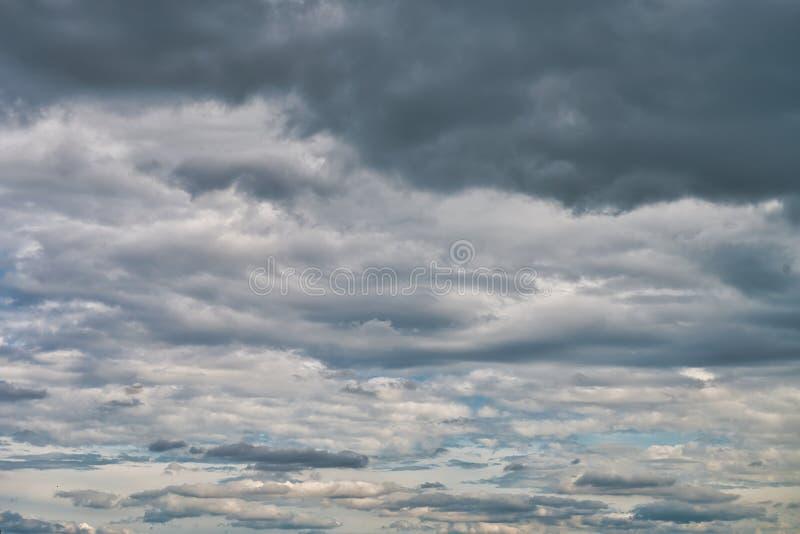 Συννεφιάζω ουρανός με τα σκοτεινά σύννεφα στοκ φωτογραφίες