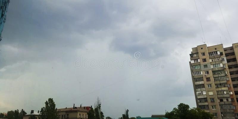 Συννεφιάζω ουρανός στα πλαίσια των σπιτιών στοκ φωτογραφία με δικαίωμα ελεύθερης χρήσης
