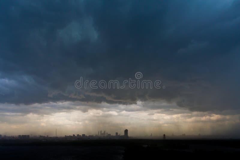 Συννεφιάζω σύννεφα ουρανού και θύελλας πέρα από την πόλη στοκ φωτογραφίες με δικαίωμα ελεύθερης χρήσης