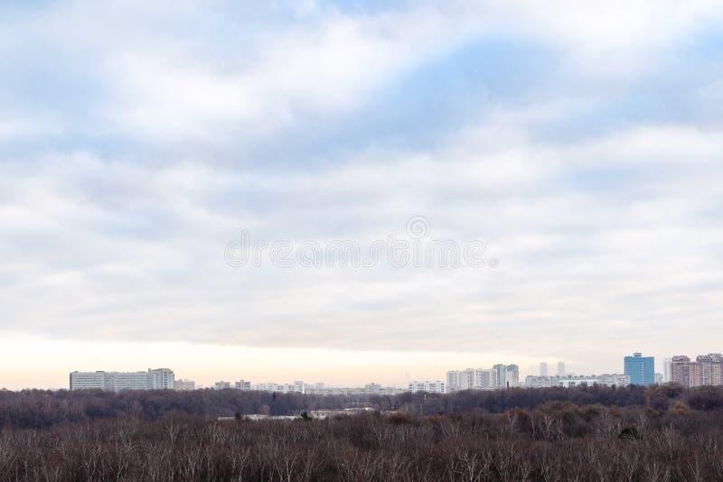Συννεφιασμένος ουρανός πάνω από το πάρκο της πόλης το φθινόπωρο το πρωί στοκ φωτογραφία με δικαίωμα ελεύθερης χρήσης