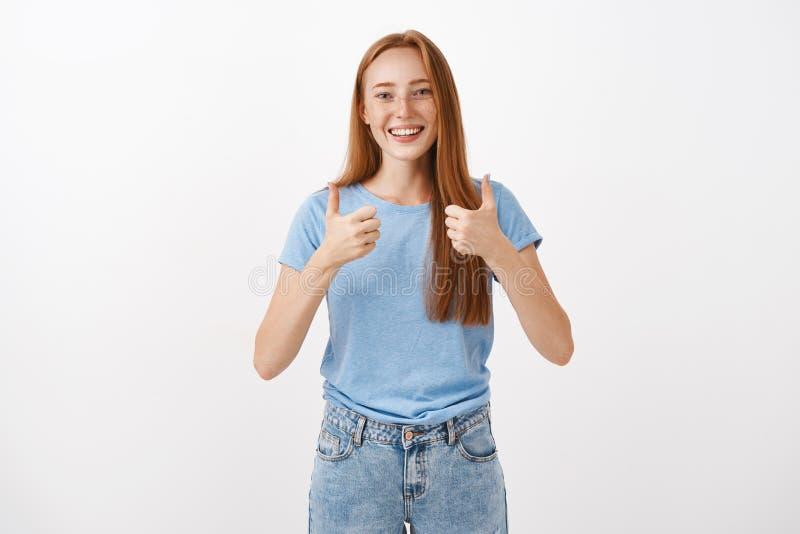 Συνολικά σας συμφωνήστε με και υποστηρίξτε Το πορτρέτο του χαρούμενου ευτυχούς όμορφου redhead θηλυκού με την παρουσίαση φακίδων  στοκ εικόνες με δικαίωμα ελεύθερης χρήσης